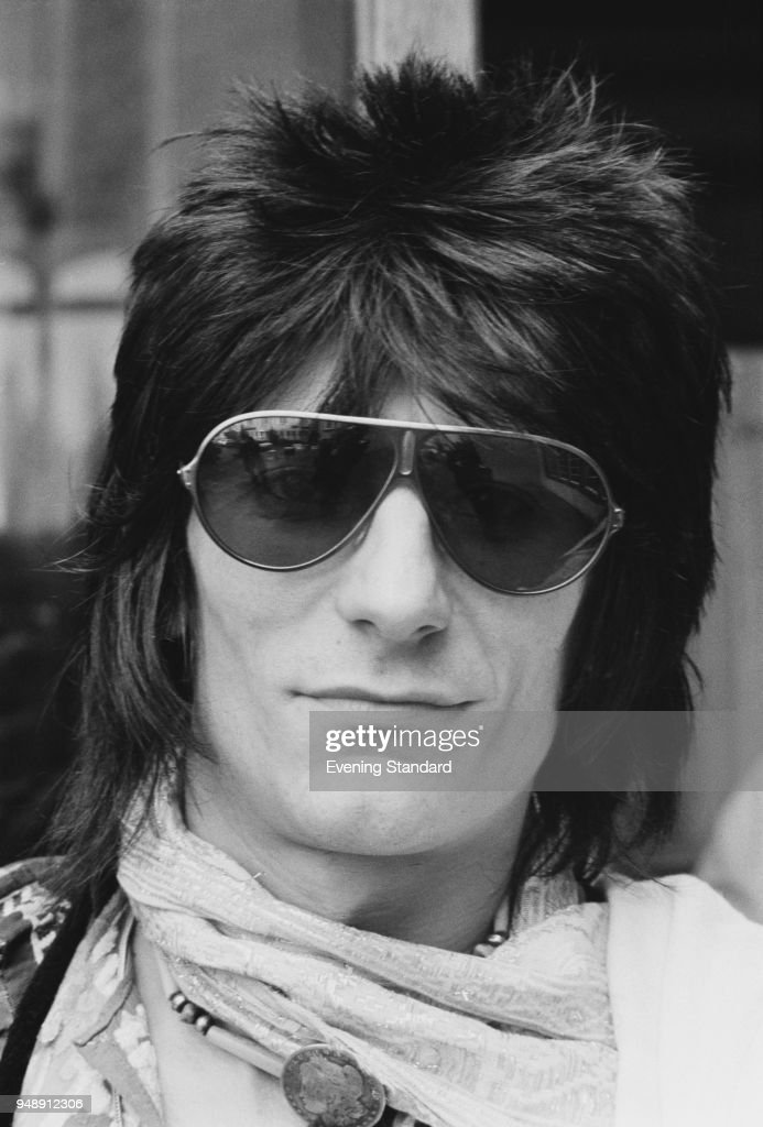 English rock musician, songwriter, and artist Ronnie Wood of The Rolling Stones, wearing aviator shield sunglasses, UK, 22nd June 1977.