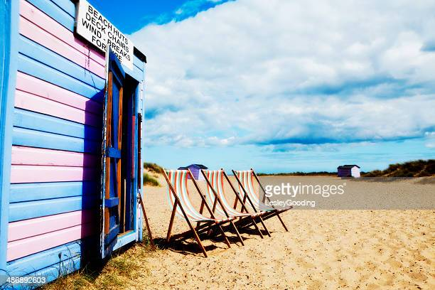 english seaside beach hut and deck chairs - insel wight stock-fotos und bilder