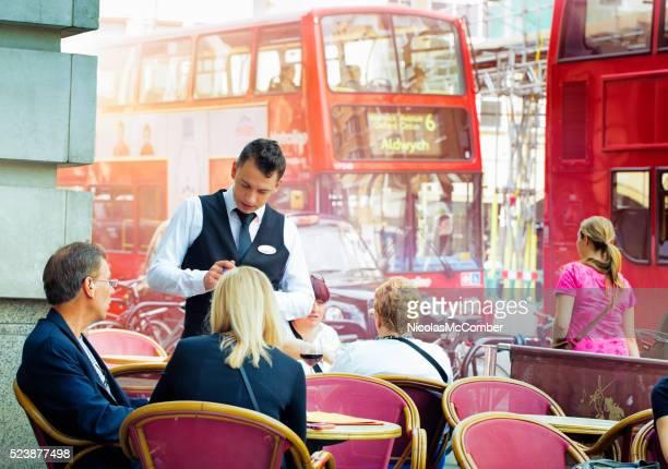 Anglais serveur de prendre les commandes à Londres café
