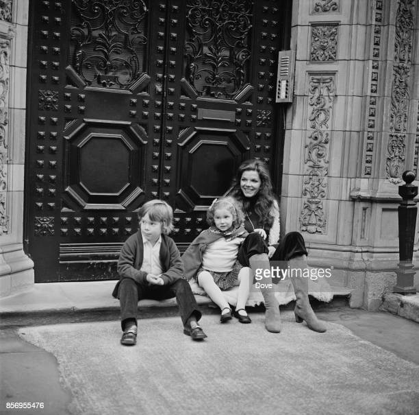 EnglishAmerican Samantha Eggar with her two children Nicolas Stern and Jenna Stern London UK 30th November 1970