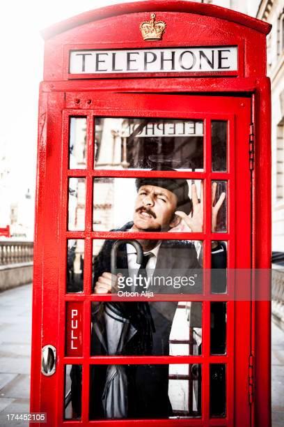 englishman'pris au piège de téléphone rouge boîte - culture britannique photos et images de collection