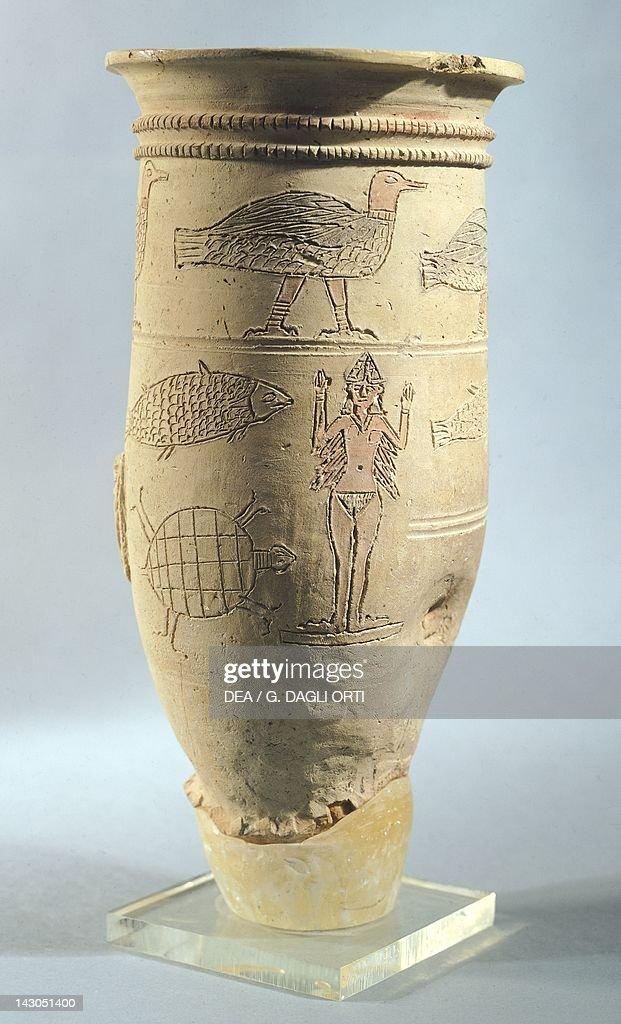 Engraved terracotta vase, from Larsa, Iraq : Nachrichtenfoto