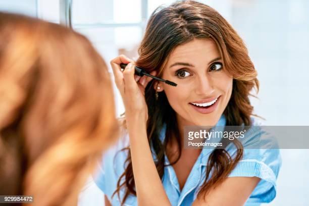 améliorer ses beaux yeux avec un mascara - mascara photos et images de collection