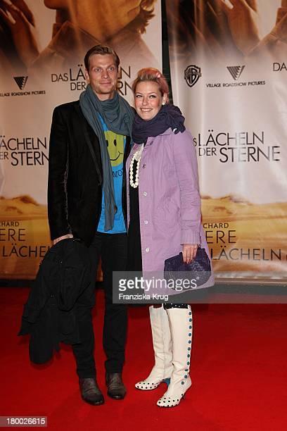 """Enie Van De Meiklokjes Mit Freund Sören Haxholm Bei Der Premiere Von """"Das Lächeln Der Sterne"""" Im Cinestar In Berlin ."""