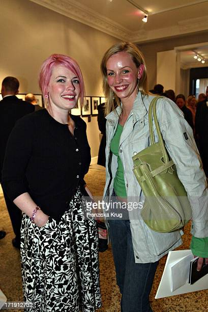 Enie Van De Meiklokjes Und Simone Hanselmann Bei Der Eröffnung Einer Montblanc Fotoausstellung In Der Qvest Galerie In Berlin .