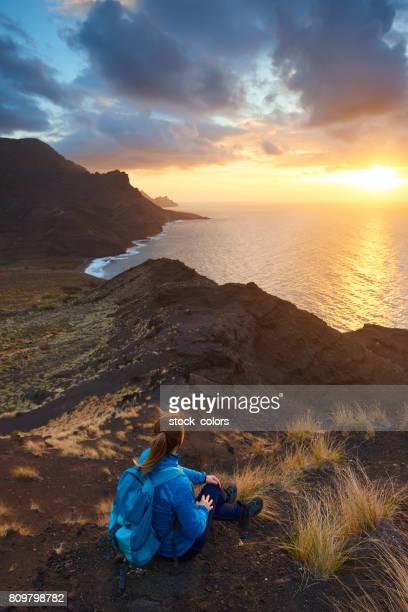 disfruta la increíble puesta de sol en gran canaria - isla de gran canaria fotografías e imágenes de stock