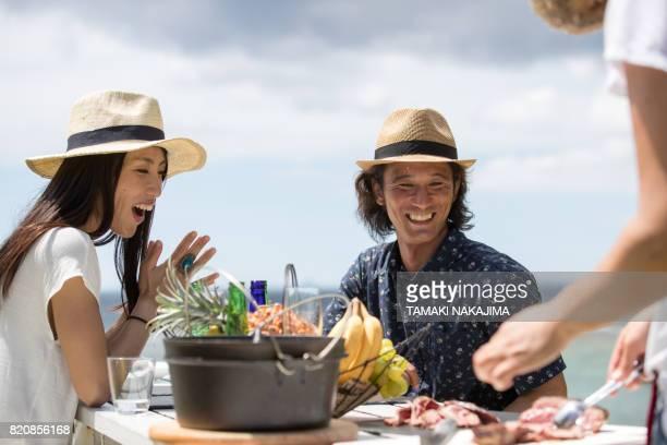 キャンプをお楽しみください。 - ダッチオーブン ストックフォトと画像