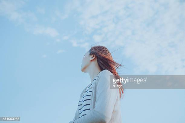enjoy gentle wind breeze and smell of fresh air - ローアングル ストックフォトと画像