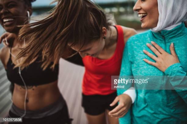 disfrute en el ejercicio y la amistad - atleta papel social fotografías e imágenes de stock