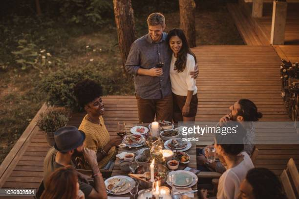 enjoy in summer dinner - party host stock pictures, royalty-free photos & images