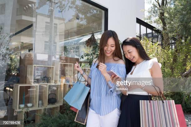 geniet van winkelen voor vrouwen - aziatische etniciteit stockfoto's en -beelden
