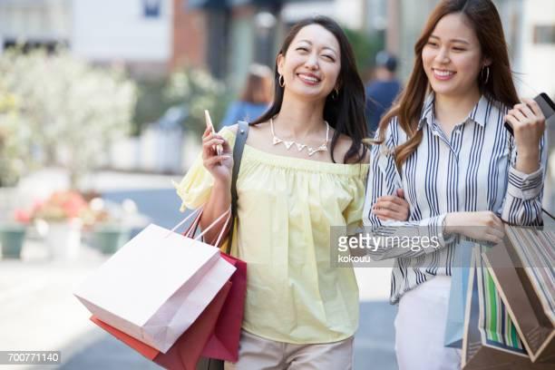 買い物を楽しむ女性たち