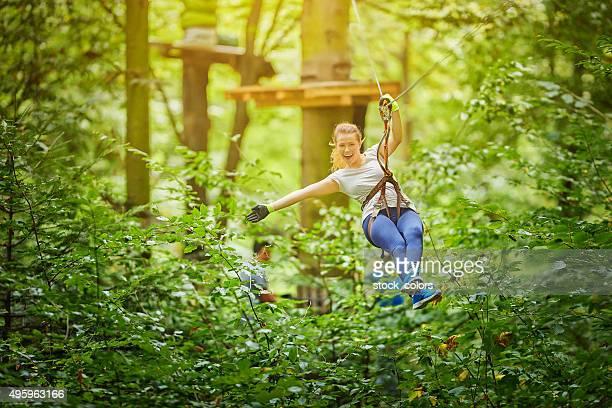 Disfrute de zipping en el bosque
