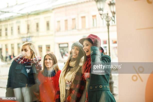 Plezierige momenten van shopaholic dames