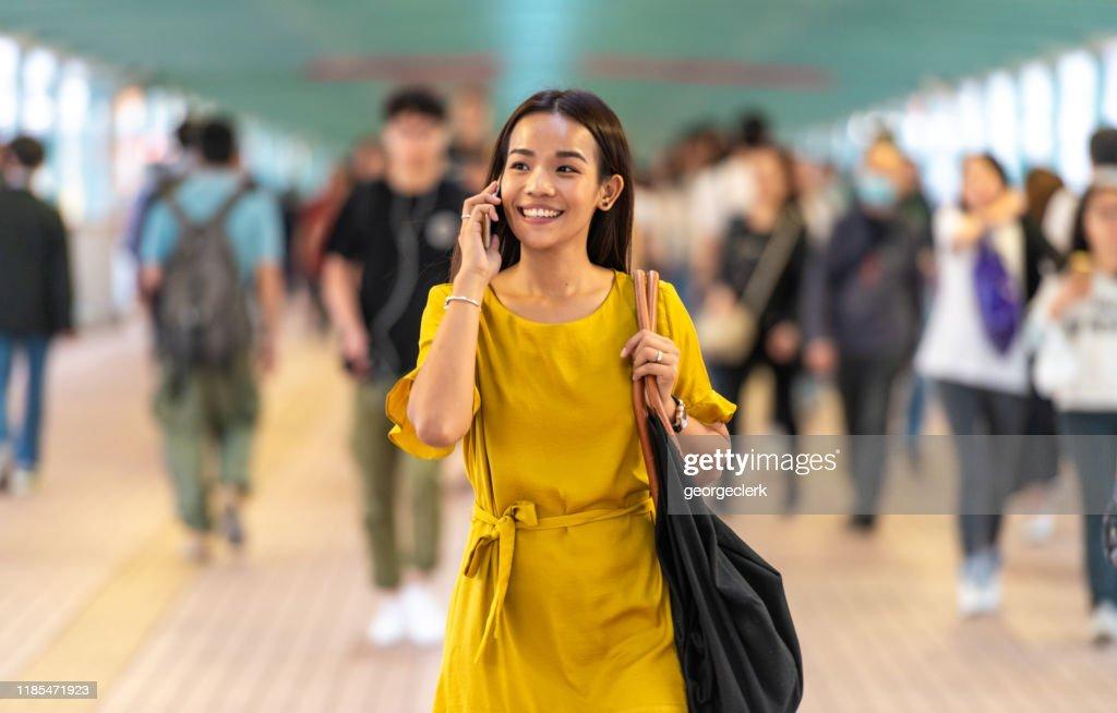 通勤中の通話を楽しむ : ストックフォト