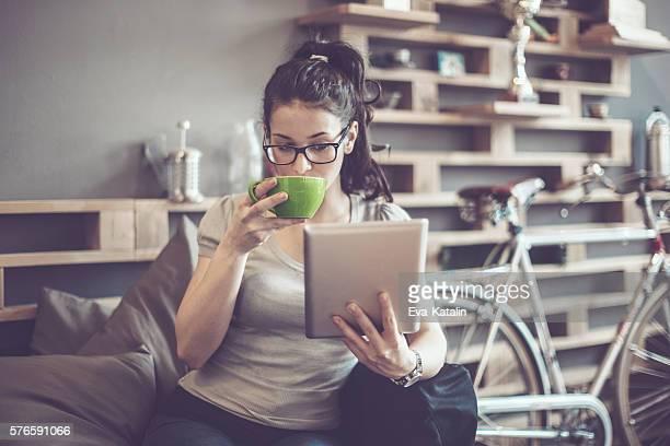 enjoying a cup of coffe - paardenstaart haar naar achteren stockfoto's en -beelden