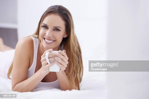 Genießen Sie eine Tasse Kaffee im Bett