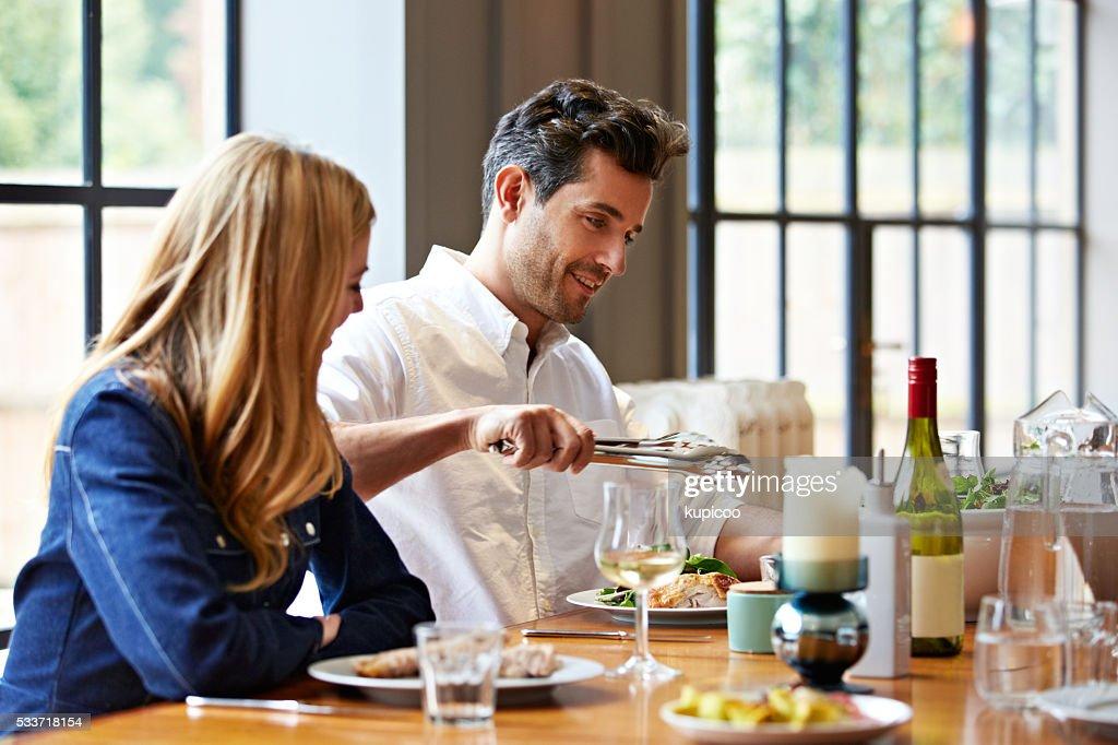 Gustare un ottimo pasto nel comfort di casa : Foto stock