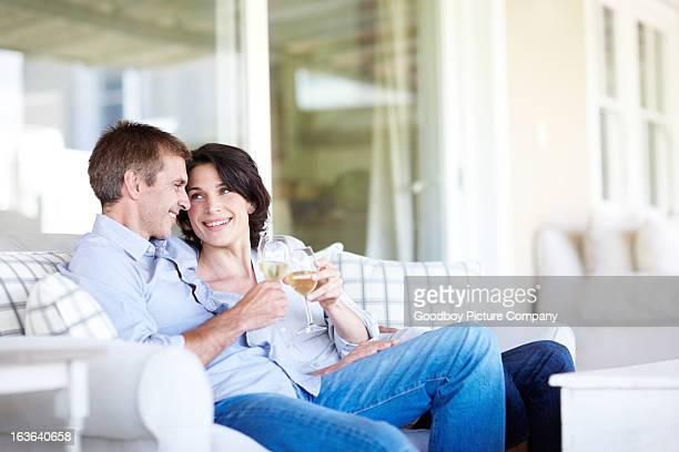 genießen sie ein glas zusammen - heterosexuelles paar stock-fotos und bilder