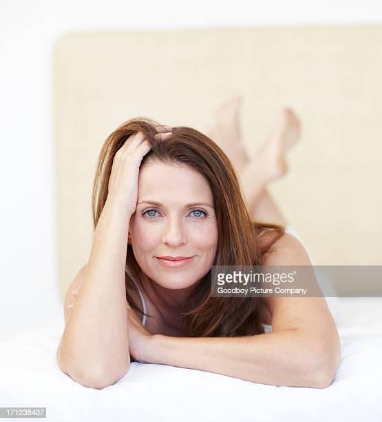 genießen sie einen faulen morgen wie zu hause fühlen. - one mature woman only stock-fotos und bilder