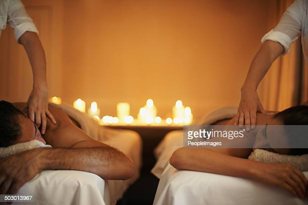 profitant d'un massage mutuelle - massage homme femme photos et images de collection