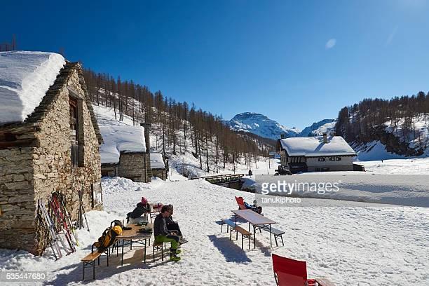 Disfrutar de un día soleado en alpes europeos