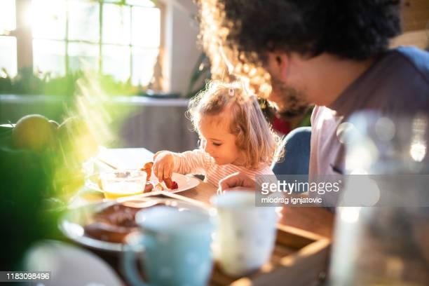 genießen sie ein gesundes frühstück mit papa - frühstück stock-fotos und bilder