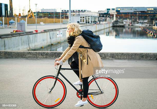 enjoying an evening bicycle ride by the little harbor - à côté de photos et images de collection
