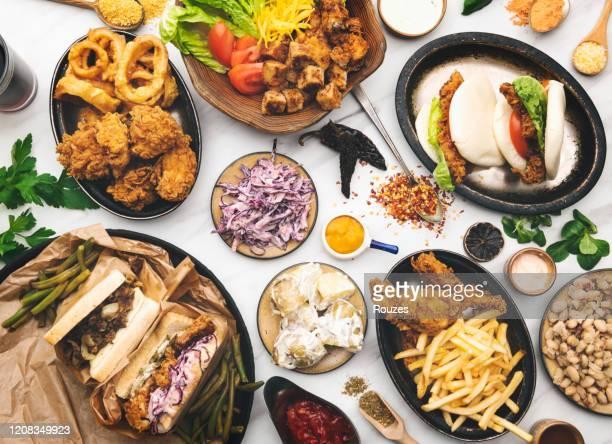 夕食を楽しむ - preparing food ストックフォトと画像