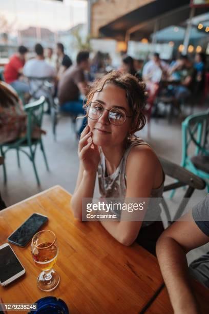 disfrutar de una copa de cerveza en el restaurante - 18 19 años fotografías e imágenes de stock