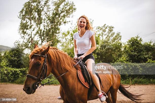 disfrute de cabalgatas - 1 woman 1 horse fotografías e imágenes de stock