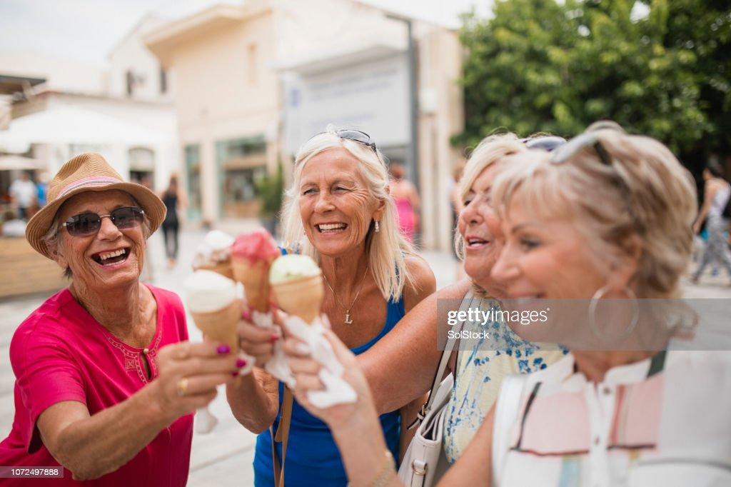 キプロスのアイス クリーム コーンを楽しんでください。 : ストックフォト