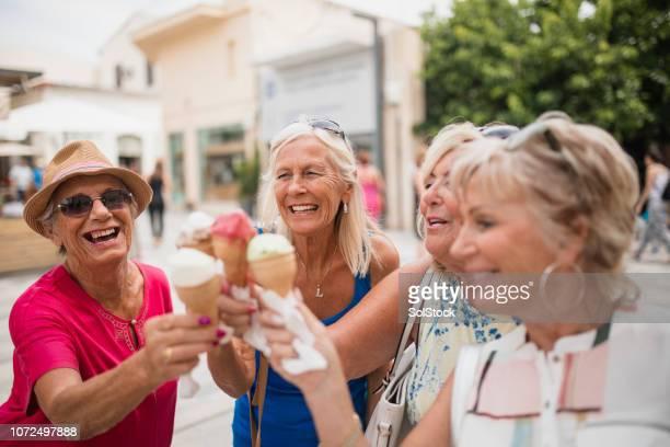 キプロスのアイス クリーム コーンを楽しんでください。 - パフォス ストックフォトと画像