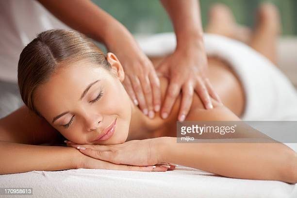 profitant de massage - corps femme photos et images de collection