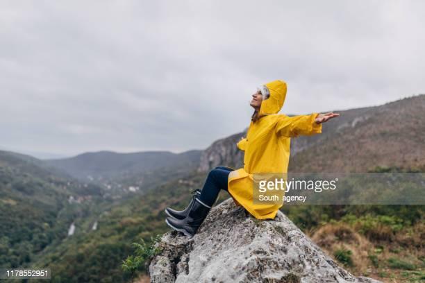 genießen im regen - gummistiefel frau stock-fotos und bilder