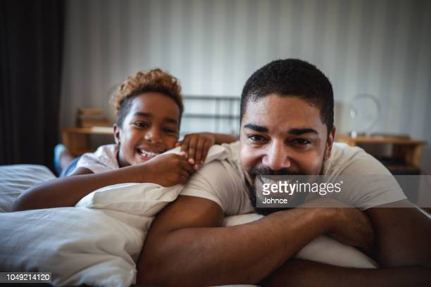 mañana vagos disfruta con papá - padre soltero fotografías e imágenes de stock