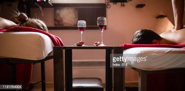 profiter du massage et du vin - massage couple photos et images de collection