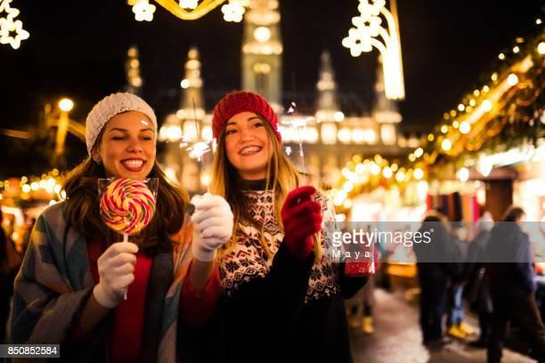genießen sie auf dem weihnachtsmarkt - weihnachtsmarkt stock-fotos und bilder