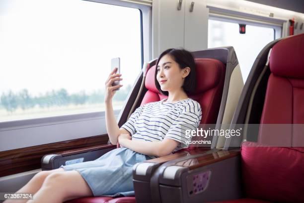 鉄道の旅を楽しむ - 高速列車 ストックフォトと画像