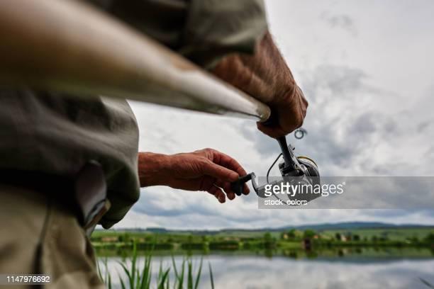 退職活動を楽しむ。 - 淡水釣り ストックフォトと画像