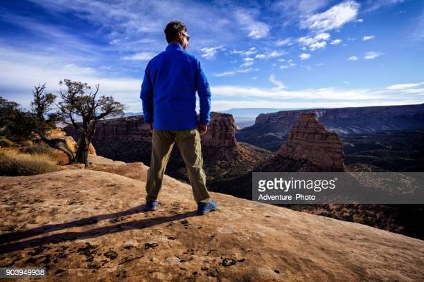 genießen sie malerische aussicht und vista - colorado national monument stock-fotos und bilder