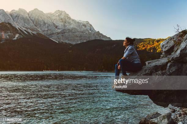 genieten van zonsopgang bij lake eibsee, duitsland - beieren stockfoto's en -beelden