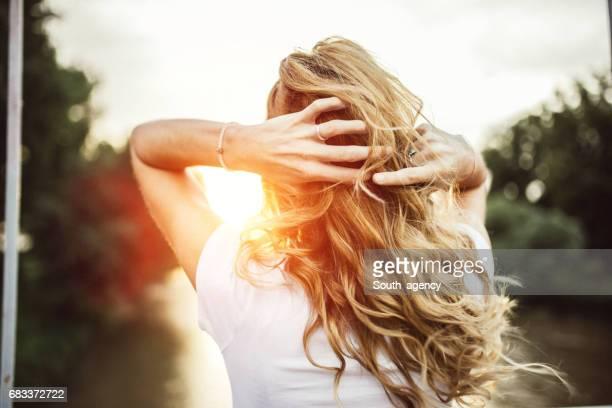 disfruta de la puesta de sol - pelo rubio fotografías e imágenes de stock