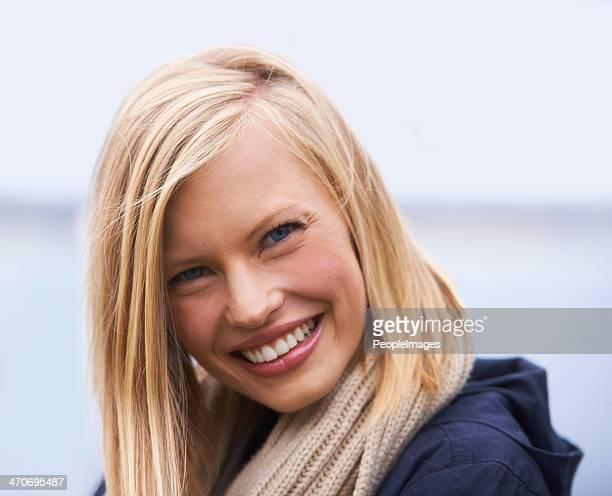 genießen sie die küstenlandschaft - blond frauen strand stock-fotos und bilder