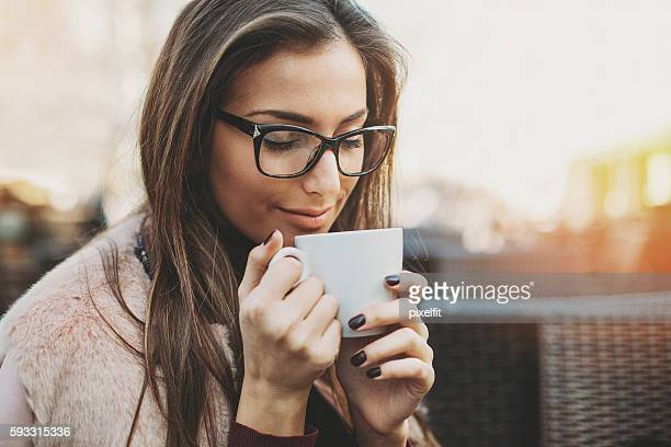 enjoying the coffee aroma - alternatieve geneeswijzen stockfoto's en -beelden