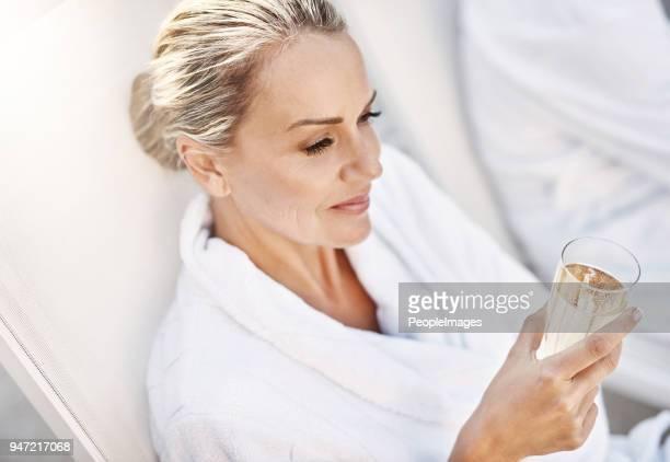genießen sie die schönen dinge des lebens - kosmetische behandlung stock-fotos und bilder