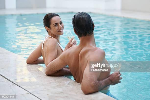 Genießen Sie die frische der pool und Champagner