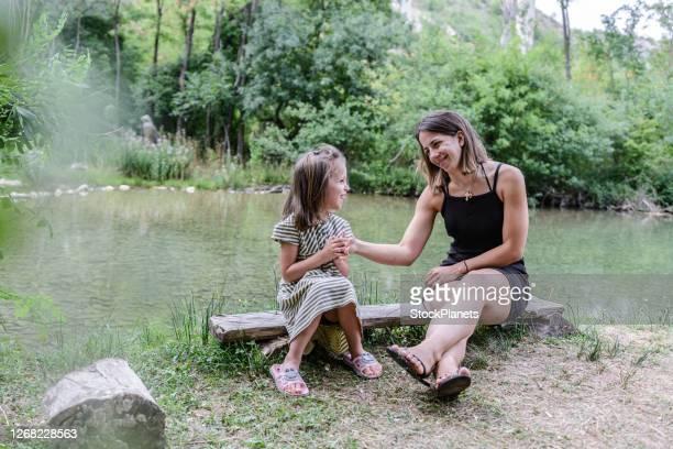 njuter av utomhus tillsammans - aunt bildbanksfoton och bilder