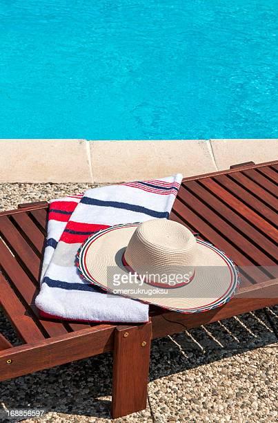 profitez de la piscine - transat photos et images de collection