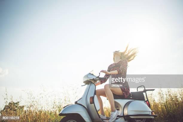 aproveitando o verão na moto - moped - fotografias e filmes do acervo